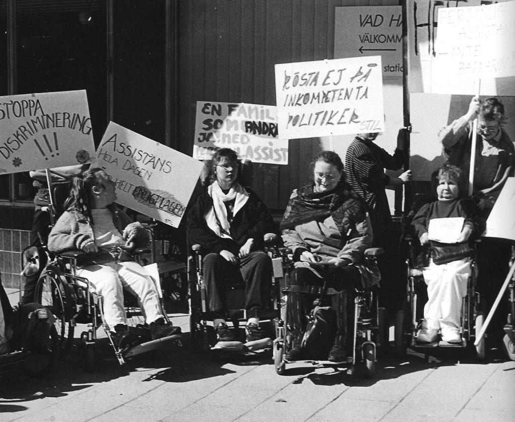En demonstration på 90-talet anordnad av STIL. Det var på den tiden som de andra funkisorganisationerna inte var lika pigga på att protestera och demonstrera.